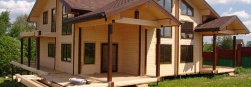 Почему целесообразна окраска деревянного дома «в заводских условиях»?